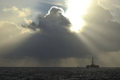 Raggi luminosi di Sun sopra la piattaforma petrolifera Fotografia Stock Libera da Diritti