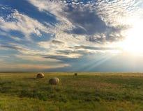 Raggi luminosi di Sunbeam che splendono giù sul paesaggio del paese Immagini Stock