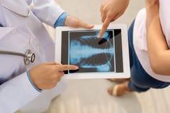 Raggi x sulla compressa digitale immagini stock