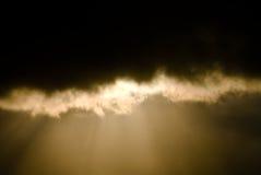 Raggio del Sun attraverso le nubi scure fotografia stock