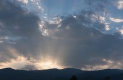 Raggio di indicatore luminoso raggio di sole al tramonto con il paesaggio della montagna Fotografia Stock