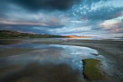 Raggio di sole dorato e cielo drammatico nel lago Laberge Fotografie Stock Libere da Diritti