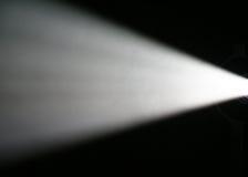 Raggio luminoso dal proiettore Immagini Stock