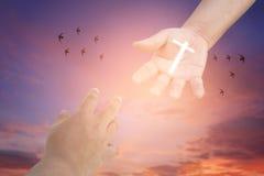 Raggiungimento delle mani Concetto per il salvataggio, l'amicizia, la fede e la credenza Fotografie Stock Libere da Diritti