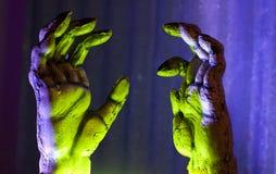 Raggiungimento delle mani delle zombie Fotografie Stock Libere da Diritti