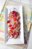 Raggmunk med tomatsallad Arkivbilder