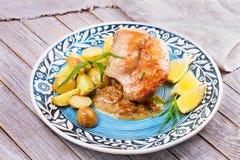 Raggmunkar med den rökte laxen Grönsakstruvor med fisken Latkes på en platta arkivbild