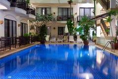 Raggruppamento con acqua blu in un hotel accogliente Immagini Stock Libere da Diritti