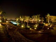 Raggruppamento dell'hotel e palme Fotografie Stock