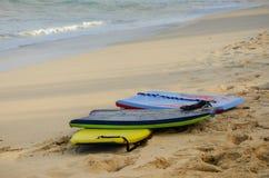 Raggruppamento di 3 bordi di boogie sulla spiaggia in Hawai fotografie stock