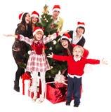 Raggruppi i bambini della gente in cappello della Santa, albero di Natale fotografia stock