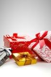 Raggruppi i contenitori di regalo con l'arco con il composit grigio di verticale del fondo Immagini Stock Libere da Diritti
