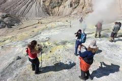Raggruppi i fotografi nel cratere del vulcano attivo di Mutnovsky Fotografie Stock Libere da Diritti