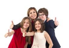 Raggruppi il colpo di una famiglia con i pollici su isolati Fotografia Stock