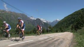 Raggruppi il riciclaggio e climing nelle alpi francesi, il d'Ornon del passo, Francia stock footage