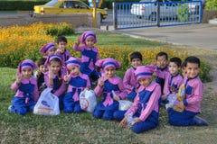 Raggruppi il ritratto dei bambini in età prescolare iraniani in uniforme di rosa, Shiraz, fotografia stock libera da diritti