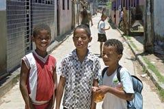 Raggruppi il ritratto dei ragazzi allegri in bassifondi brasiliani Fotografia Stock