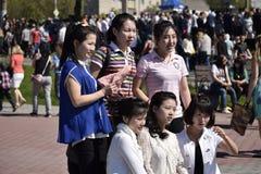 Raggruppi il ritratto delle ragazze cinesi sulla celebrazione di Victory Day nella città russa Immagini Stock