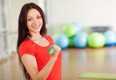 Raggruppi l'addestramento in un centro di forma fisica Fotografie Stock