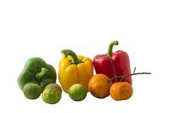 Raggruppi la natura morta della frutta e della verdura della miscela su fondo bianco isolato Fotografie Stock