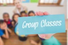 Raggruppi le classi contro gli allievi e l'insegnante svegli in aula con il globo Fotografia Stock Libera da Diritti
