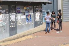 Raggruppi tre giovani donne d'avanguardia africane che stanno il conversi della via Fotografia Stock Libera da Diritti