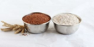 Ragi i Ragi mąka w Stalowych pucharach fotografia royalty free