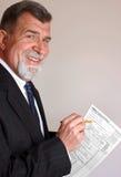 Ragioniere sorridente di imposta con il modulo di imposta Immagini Stock