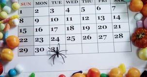 Ragno falso su un calendario con i vari alimenti dolci 4k archivi video