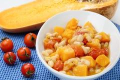Ragoût d'haricots avec la tomate-cerise et le potiron images libres de droits