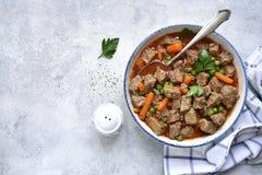 Ragoût de boeuf avec des légumes garnis avec du riz bouilli Vue supérieure photo libre de droits