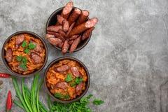 Ragoût de chou dans la cuvette avec les saucisses fumées Vue supérieure, avec l'espace de copie images libres de droits