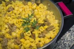 Ragoût de macaronis avec de la viande photographie stock