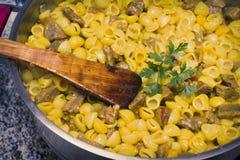 Ragoût de macaronis avec de la viande photos stock