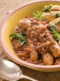 Ragoût de saucisse et de lentille avec les pommes de terre rôties par Pesto images stock