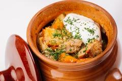 Ragoût avec des pommes de terre dans un pot d'argile Photos stock