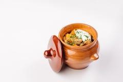 Ragoût avec des pommes de terre dans un pot d'argile Images stock