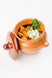 Ragoût avec des pommes de terre dans un pot d'argile Images libres de droits