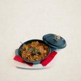 Ragoût dans la casserole Queues de boeuf cuites avec des champignons Rabo De toro - plat classique d'Espagne photos libres de droits