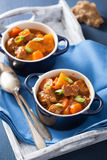 Ragoût de boeuf avec la pomme de terre et la carotte dans des pots bleus Image libre de droits