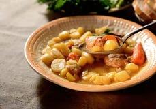 Ragoût de boeuf frais, pommes de terre, verts, épices originales dans le plat en céramique, vintage de cuillère image stock