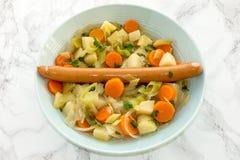 Ragoût de saucisse de francfort dans un bol de soupe bleu Image stock