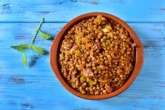 Ragoût espagnol de lentille sur une table en bois bleue Photographie stock libre de droits
