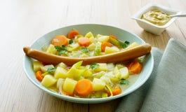 Ragoût, saucisse de francfort et moutarde végétaux Images stock
