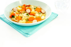 Ragoût végétal avec la saucisse dans le bol de soupe bleu Image stock