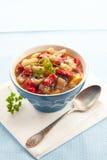 Ragoût végétal coloré dans une cuvette Photos libres de droits