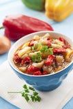 Ragoût végétal coloré dans une cuvette Images stock