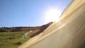 Rags tornou-se no vento no sol e no céu do fundo vídeos de arquivo