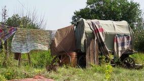 Rags-Trockner auf der Wäscheleine im Dorf stock video