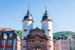 Ragt altes Brücken-Tor Heidelbergs weißer blauer Sunny Day Vacation hoch Lizenzfreies Stockfoto
